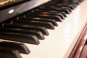 närbild av tangenter på ett piano inuti