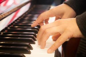 händer på ett piano