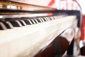 närbild av ett piano under dagen