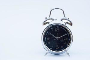 väckarklocka på en vit bakgrund foto