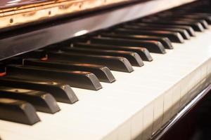 närbild av tangenter av ett piano