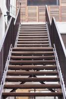 uppsättning metall trappor foto