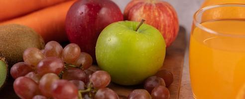 grönt äpple, druvor och apelsinjuice foto