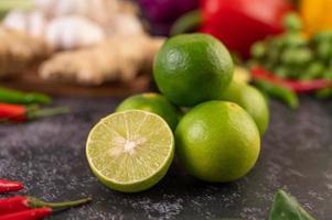 närbild av en hög med limefrukter