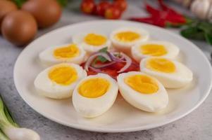halvkokta ägg med tomater och vårlök foto