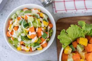 gurka, majs, morot och sallad