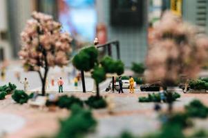 närbild av liten miniatyr trafikpolis foto