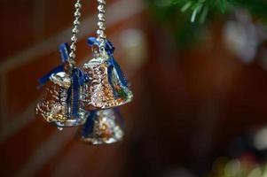 närbild av en klocka som hänger från julgranen