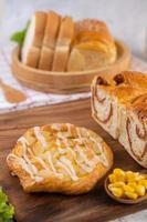 olika bröd visas på ett bord