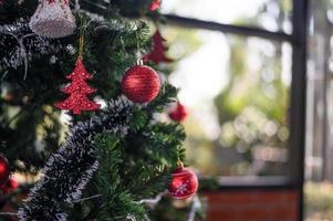 närbild av julgransdekorationer foto