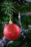 närbild av en röd julgransprydnad