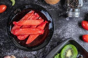 krabba kött pinnar på en tallrik foto