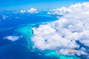 vacker perfekt utsikt över exotiska öar från flygplan foto