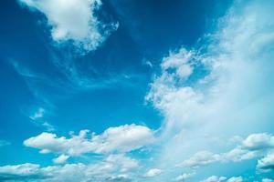 vita moln i en blå himmel foto