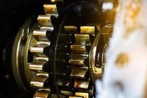 närbild av en motor av en traktor foto