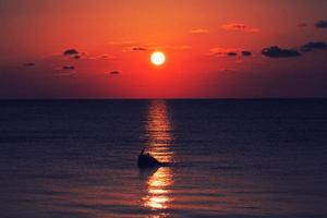 en vacker solnedgång foto