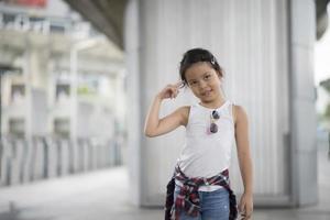 smart liten flicka som står i staden foto