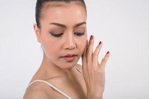 vacker ung kvinna med ren hud foto