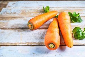 morötter på ett träbord foto