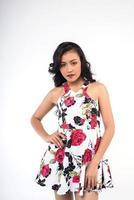 porträtt av en kvinna i en blommig klänning foto