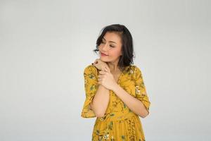 porträtt av en kvinna i en gul klänning foto
