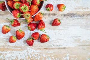 färska jordgubbar på ett bord foto