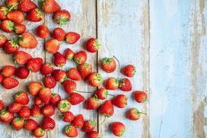 massa jordgubbar på ett bord