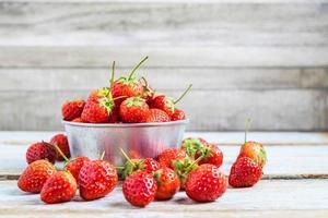 jordgubbar i en metallskål foto