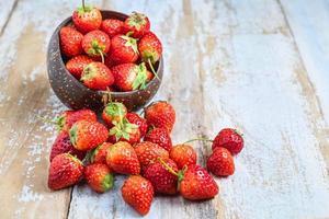 jordgubbar i en fruktskål foto