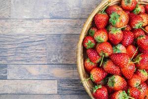 skål med färska jordgubbar foto