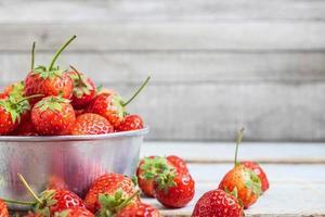metallskål med jordgubbar foto