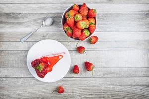 tårta på en tallrik med jordgubbar foto