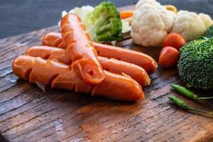 närbild av korv och grönsaker