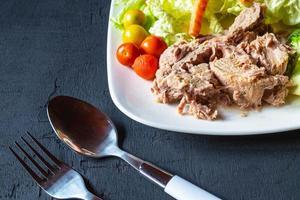tallrik tonfisk och grönsaker