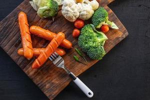 skärbräda med grönsaker