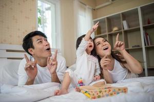 lyckligt barn med föräldrar som leker hemma foto