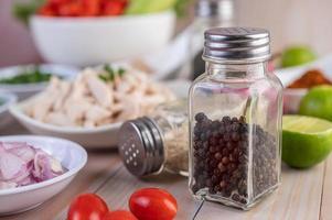 pepparkakare på träbord med färska grönsaker