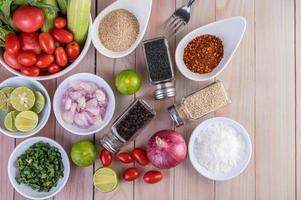 grönsaker och kryddor på träbord med kopieringsutrymme