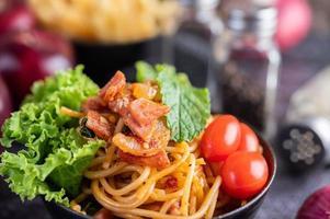 spagetti med tomater och sallad foto