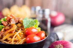 spagetti med tomater och sallad