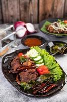 stekt fläsk toppat med chili och grönsaker