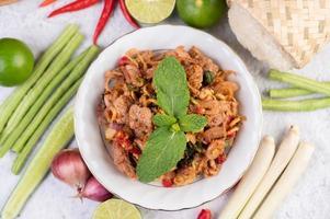 en tallrik med köttfärs med ingredienser