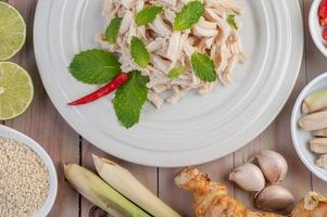 kyckling sallad på en vit platta med mynta blad foto