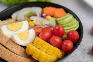 grönsaksallad med bröd och kokta ägg