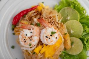 tallrik med pad thai räkor