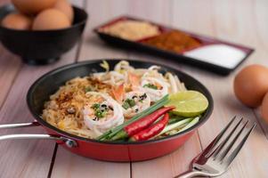 pad thai färska räkor