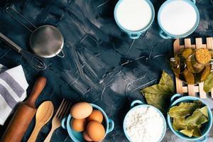 ovanifrån av matlagning ingredienser på en svart bakgrund