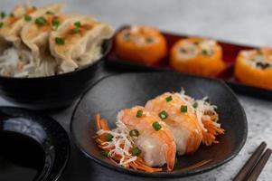pläterad sushi med sås och ätpinnar