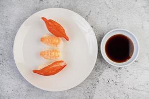 färsk pläterad sushi