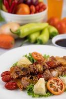 bbq-kött med tomater och paprika foto